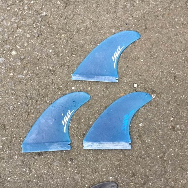 surfing-fin-review-future-vs-fcs-yu-Comparison-of-shape-and-material-and-weight-grass